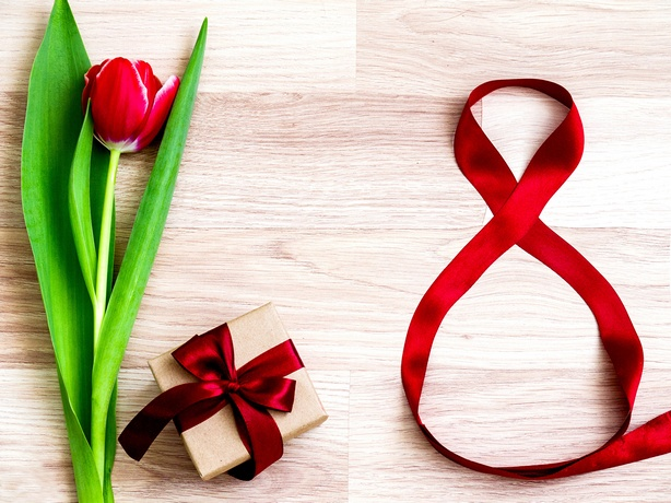 Holidays_March_8_Tulips_Red_Gifts_Bowknot_515577_2048x1536